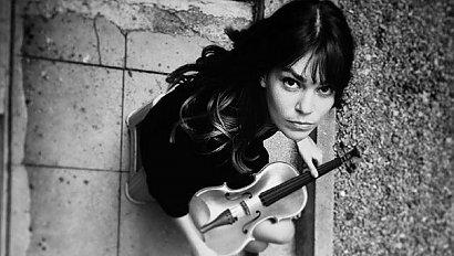 """Kim naprawdę jest piękna skrzypaczka z """"Narzeczonej ze Stambułu""""? Poznajcie Asli Enver."""