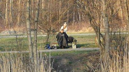 Fryzjerka z Częstochowy strzyże... w parku, aby obejść obostrzenia. Plenerowy salon!