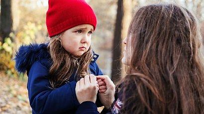 """""""Moja córka panicznie boi się innych dzieci! Wyjście na plac zabaw to jakaś tragedia! Co robić?"""""""
