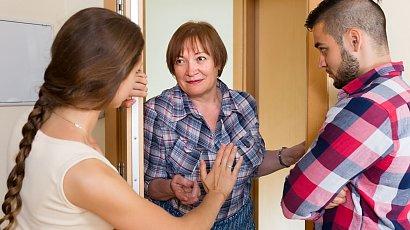 """""""Mam problem ze wścibską sąsiadką. Ciągle mnie nachodzi i we wszystko się wtrąca. Co robić?"""""""