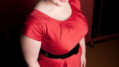 """""""Kupiłam czerwoną sukienkę na komunię syna. Mąż naśmiewa się z mojej sylwetki"""""""