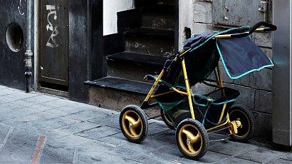 Sąsiedzi zostawili psie odchody w dziecięcym wózku. Dlaczego to zrobili?!