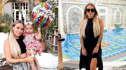 """Andziaks: Influencerka w różowej, cukierkowej sukience - taką samą sprawiła swoje córeczce Charlotte! """"Jaki piękny różowy duet""""."""