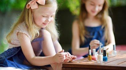 """""""Rodzina mnie krytykuje, bo maluję paznokcie 7-letniej córce. Nie rozumiem, co w tym złego?"""""""