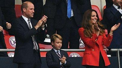Książę George na meczu Anglików w garniturze i pod krawatem! Czy powinno się tak ubierać 7-latka?