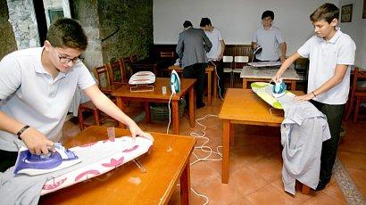 W tej szkole chłopcy uczą się prac domowych. Innowacyjny sposób nauki, który spodobał się kobietom