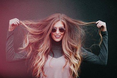 Puszące się końcówki włosów? Poznaj niezawodny sposób na niesforne kosmyki!