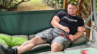 """Krzysztof Radzikowski z """"Gogglebox"""" bez koszulki pręży mięśnie. Jego klata robi wrażenie, oj robi!"""