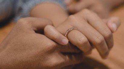 """""""Nie podoba mi się mój pierścionek zaręczynowy. Nie jest nawet złoty! Wstyd dać komuś srebro..."""""""