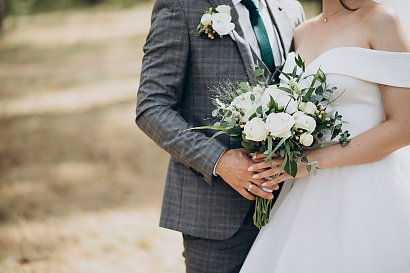 Jak wybrać sukienkę na wesele w plenerze?