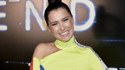 Anna-Maria Sieklucka w neonowej, dresowej sukience z szaloną torebką pod pachą! Kicz czy hit?