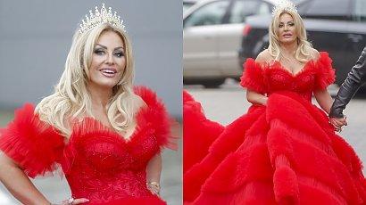 """Dagmara Kaźmierska z """"Królowych życia"""" w czerwonej balowej sukni i w koronie na ramówce TVN! A gdy podniosła kreację..."""