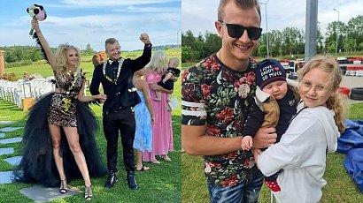 """Dawid Narożny pokazał ślubne stylizacje swoich dzieci. Tylko córka się wyróżniała: """"Chociaż jedna radośnie ubrana w ten dzień"""" - komentują fani"""