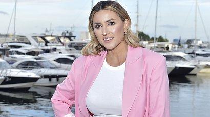 Karolina Szostak w ultra krótkiej sukience zadaje szyku na premierze, chwaląc się opalonymi nogami