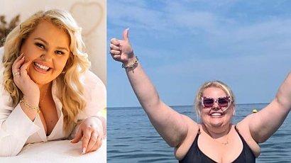 """Kinga Zawodnik w kostiumie kąpielowym plus size! """"Wylewa mi się tłuszczyk tu i ówdzie, ale wychodzę na plażę"""""""