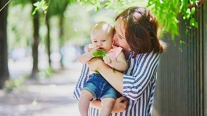 """""""Teściowa ciągle całuje moją córkę po twarzy i rączkach! Jak mam jej wytłumaczyć, że to szkodliwe?"""""""