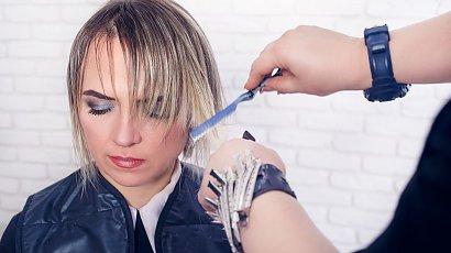 Marzyła o modnej grzywce curtain bangs! Gdy zobaczyła nową fryzurę, nie mogła powstrzymać łez!