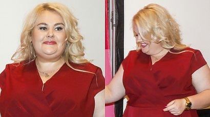 """Kinga Zawodnik z """"Dieta czy cud"""" w bordowej sukience z baskinką! Ten krój wyszczuplił ją o kilkanaście kg!"""