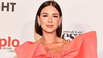 Klaudia Halejcio w bombkowej sukience z ogromną kokardą na Flesz Fashion Night 2021. Udana stylizacja?