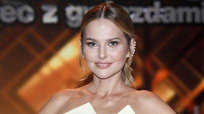 Paulina Sykut w białej długiej sukience. Ale fani patrzą na paznokcie. Zaliczyła wpadkę?