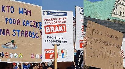 Protest medyków: pielęgniarek, położnych, lekarzy, ratowników. Najmocniejsze hasła na transparentach