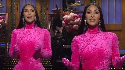 """Kim Kardashian w """"Saturday Night Live"""" w różowym kombinezonie. Żartowała z seks-taśmy! A gdy się odwróciła..."""