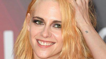 """Kristen Stewart w żółtych włosach, smokey eyes i szarej sukni. """"Wygląda niechlujnie!"""" - piszą internauci"""