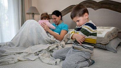 """""""Mój 4-letni synek jest bardzo zazdrosny o młodszą siostrę. Wybucha złością, gdy tylko wezmę ją na ręce"""""""