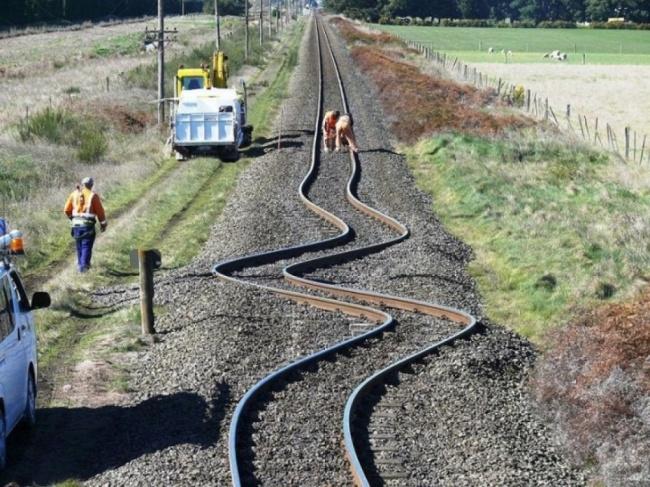 Tory kolejowe po trzęsieniu ziemi - Nowa Zelandia.