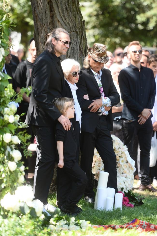 Pogrzeb Kory.  Siostra Hanna, syn Szymon Sipowicz, mąż Kamil Sipowicz