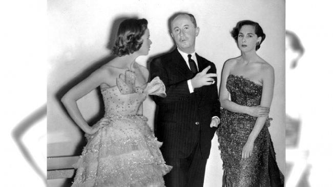 """Christian Dior z jedną z najdroższych jego sukien """"Mozart"""" po jego prawej stronie"""