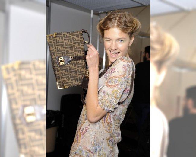 Modelka z pokazu Alberta Ferretti pozuja w torebką