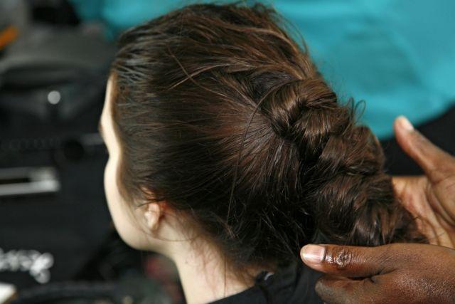 Przygotowanie włosów modelki na pokaz Margareth Howell