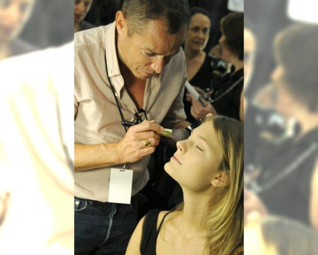Makijaż wykonywany za kulisami pokazu Derek Lam