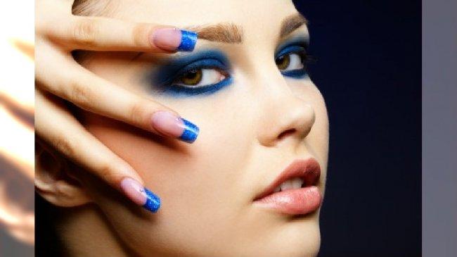 Niebieskie końcówki paznokci