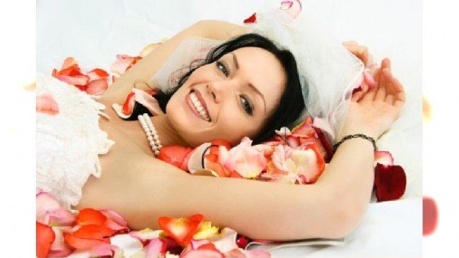 Panna Młoda w płatkach kwiatów