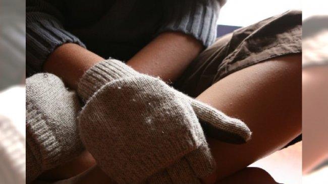 Dłonie w rękawiczkach