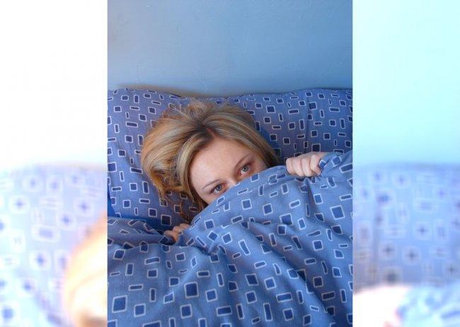 Dziewczyna w sypialni