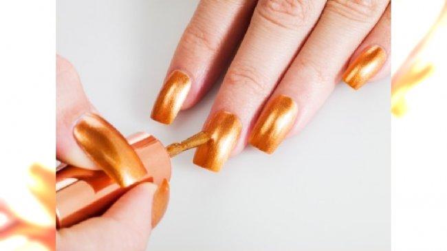 Złote paznokcie