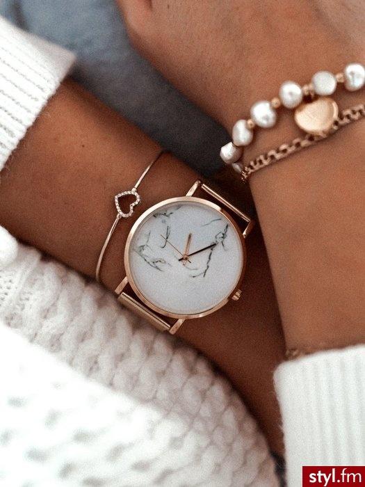 Piękny zegarek w ponadczasowym kolorze. Niezwykle kobiecy i lekki, świetnie uzupełni wiele stylizacji. Marmurkowa tarcza zwraca uwagę i sprawia, że zegarek idealnie wpasowuje się w obecne trendy. https://roseboutique.pl/ - Zegarki Dodatki Moda