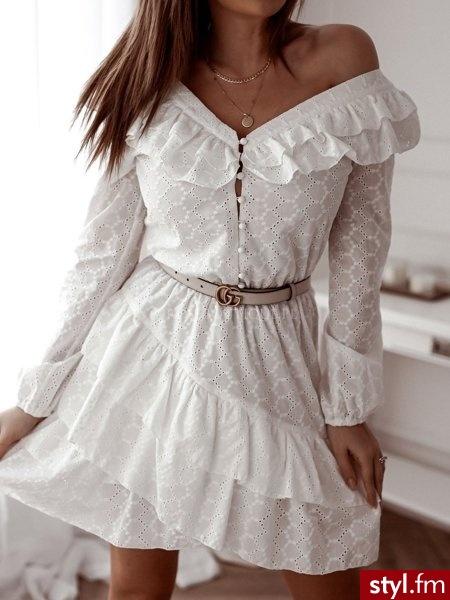 Sukienka wykonana została z ażurowego materiału z delikatnym, kwiatowym tłoczeniem. Głęboki dekolt zakończony jest rzędem guzików na które zapinana jest sukienka. Gumka w talii sprawia, że sukienka świetnie leży. https://roseboutique.pl/ - Dzienne Sukienki Moda