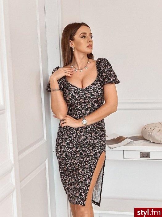 Piękna sukienka wykonana z materiału o najmodniejszym w tym sezonie kwiatowym princie. Sukienka posiada krótkie bufiaste rękawy z gumką. Dzięki wyraźnemu marszczeniu oraz długiemu rozporkowi sukienka świetnie leży. https://roseboutique.pl/ - Dzienne Sukienki Moda
