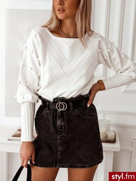 Piękny sweter wykonany z przyjemnego w dotyku materiału pokrytego pięknym tłoczeniem oraz zdobionego uroczymi pomponami. Idealnie sprawdzi się w wielu wiosennych stylizacjach. https://roseboutique.pl/ - Swetry Ciuchy Moda