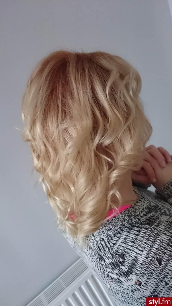 Blond Rozpuszczone Kręcone Wieczorowe Średnie Fryzury