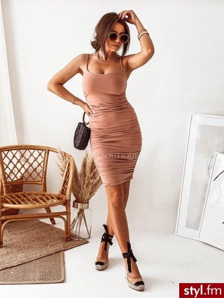 Sukienka wykonana została z bardzo elastycznego materiału. Obcisły krój pięknie podkreśla sylwetkę. Pionowa gumka wszyta na bokach sukienki sprawia, że posiada ona przyciągające wzrok, oryginalne marszczenia. https://roseboutique.pl/ - Dzienne Sukienki Moda
