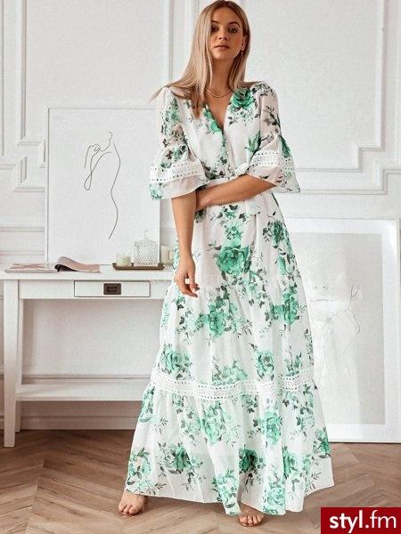 Sukienka maxi posiada przepiękne guziki oraz pasek materiałowy w tym samym kolorze. Rękaw jest bufiasty z ażurową wstawką. Ta sama wstawka znajduje się na dole sukienki. Posiada ona głęboki dekolt.  https://roseboutique.pl/ - Dzienne Sukienki Moda