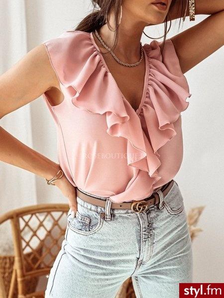 Bluzka wykonana została z gładkiego materiału. Falbanka dodaje całości niezwykłej delikatności. Lekki, luźny krój idealnie sprawdzi się w codziennych stylizacjach na wiosnę. Doskonale uzupełnią ją spodnie z wysokim stanem. https://roseboutique.pl/ - Bluzki Ciuchy Moda