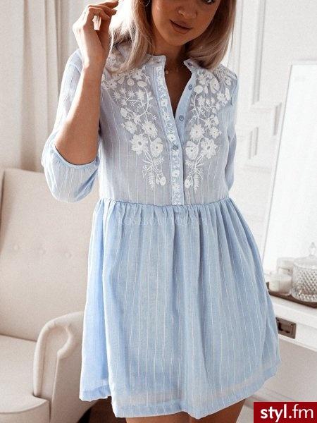 Sukienka wykonana została z lekkiego materiału w delikatne błękitne pasy. Zapinana na niewielkie guziki znajdujące się na biuście. Ozdobny haft w białym kolorze sprawia, że sukienka prezentuje się niezwykle kobieco. https://roseboutique.pl/ - Dzienne Sukienki Moda