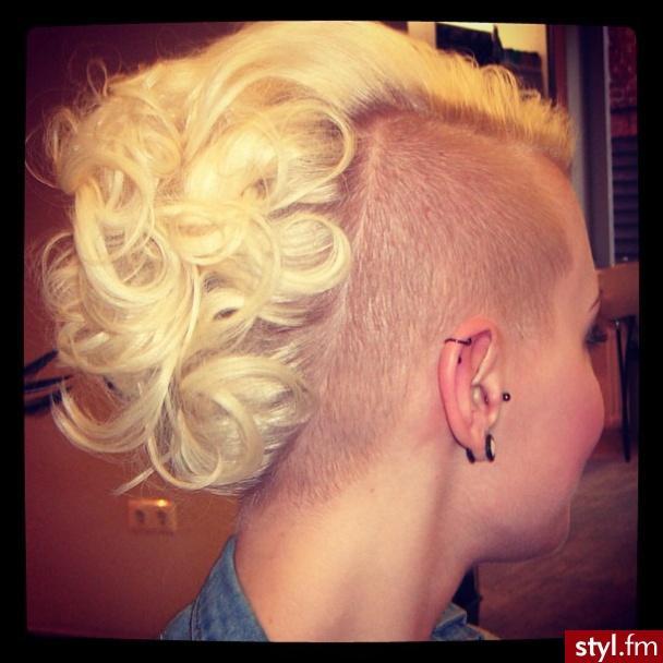 Blond Tribale - wzory na głowie Alternatywne Średnie Fryzury