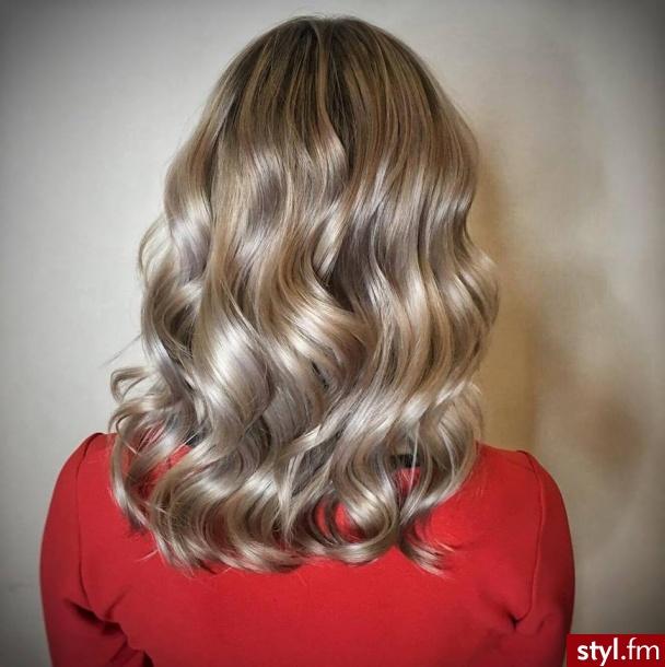 fryzjer warszawa sombre z Olaplex salon for hair - Blond Rozpuszczone Kręcone Na co dzień Średnie Fryzury